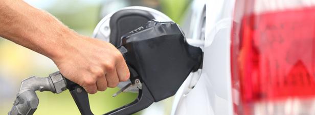 Baisse du prix du carburant jusqu'à 6 centimes : les parties prenantes demandent des mesures de long terme