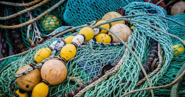 Plastique: l'UE fixe les règles de la surveillance des engins de pêches vendus et repêchés en mer