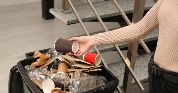 Interdiction des plastiques: un projet d'arrêté limite à 15% la proportion de plastique des gobelets