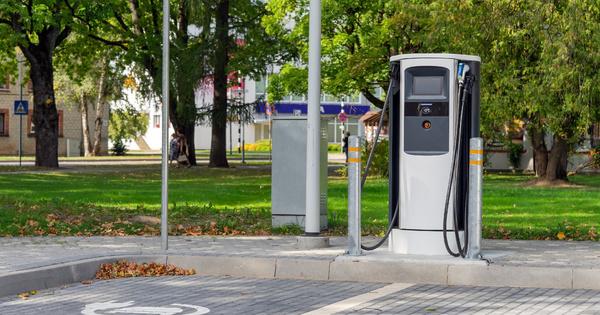 Véhicules électriques: la moitié des aires de service sont désormais équipées de bornes de recharge