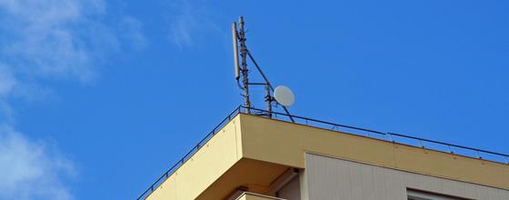 Antennes relais : Paris suspend leur installation, Eric Besson s'en mêle