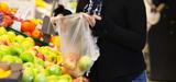 Ségolène Royal veut interdire l'utilisation des sacs de caisse en plastique en 2016