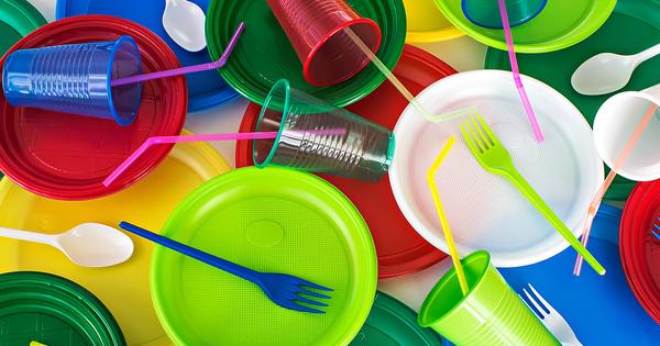 Plastique: un décret adapte les interdictions visant la vaisselle jetable